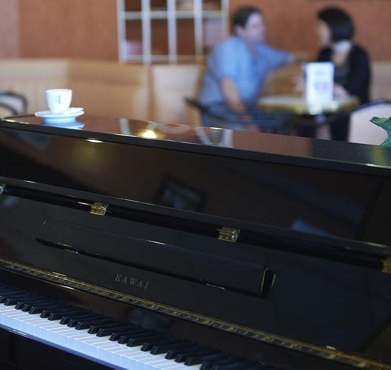 Photo du piano présent au bar du Brit Hotel du Lac, intégré à la station thermale de Christus de Saint-Paul-lès-Dax, utilisé pour de nombreuses animations