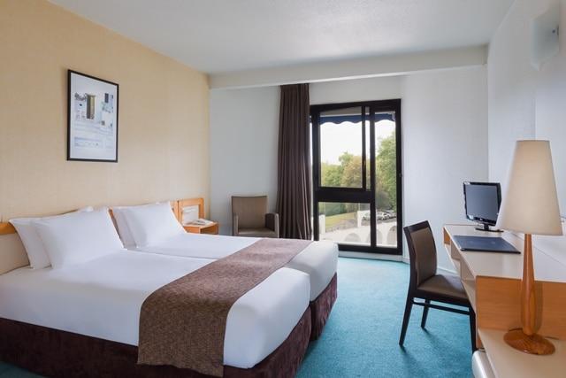 Présentation d'une chambre du Brit Hôtel du Lac de Saint-Paul-lès-Dax, logement intégré aux Thermes de Christus, idéal pour un hébergement de cure thermale
