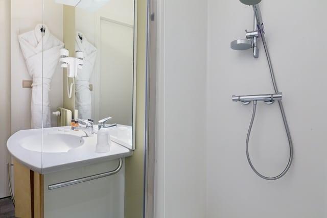 Photo de la salle d'eau d'un appartement du Grand Hôtel, logement intégré aux Thermes du Grand Hôtel de Dax