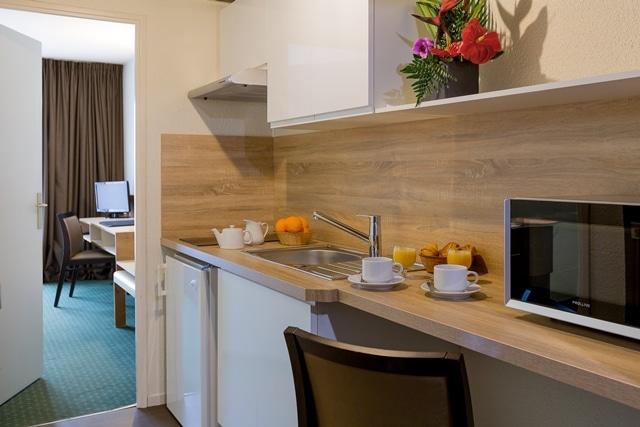 Présentation de la cuisine d'un studio du Brit Hôtel du Lac de Saint-Paul-lès-Dax, logement intégré aux Thermes de Christus, idéal pour un hébergement de cure thermale