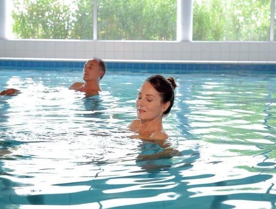 Photo de personnes effectuant des soins en piscine durant leur cure thermale conventionnée rhumatologie ou phlébologie, au sein de notre établissement thermal Sourcéo de Saint-Paul-lès-Dax