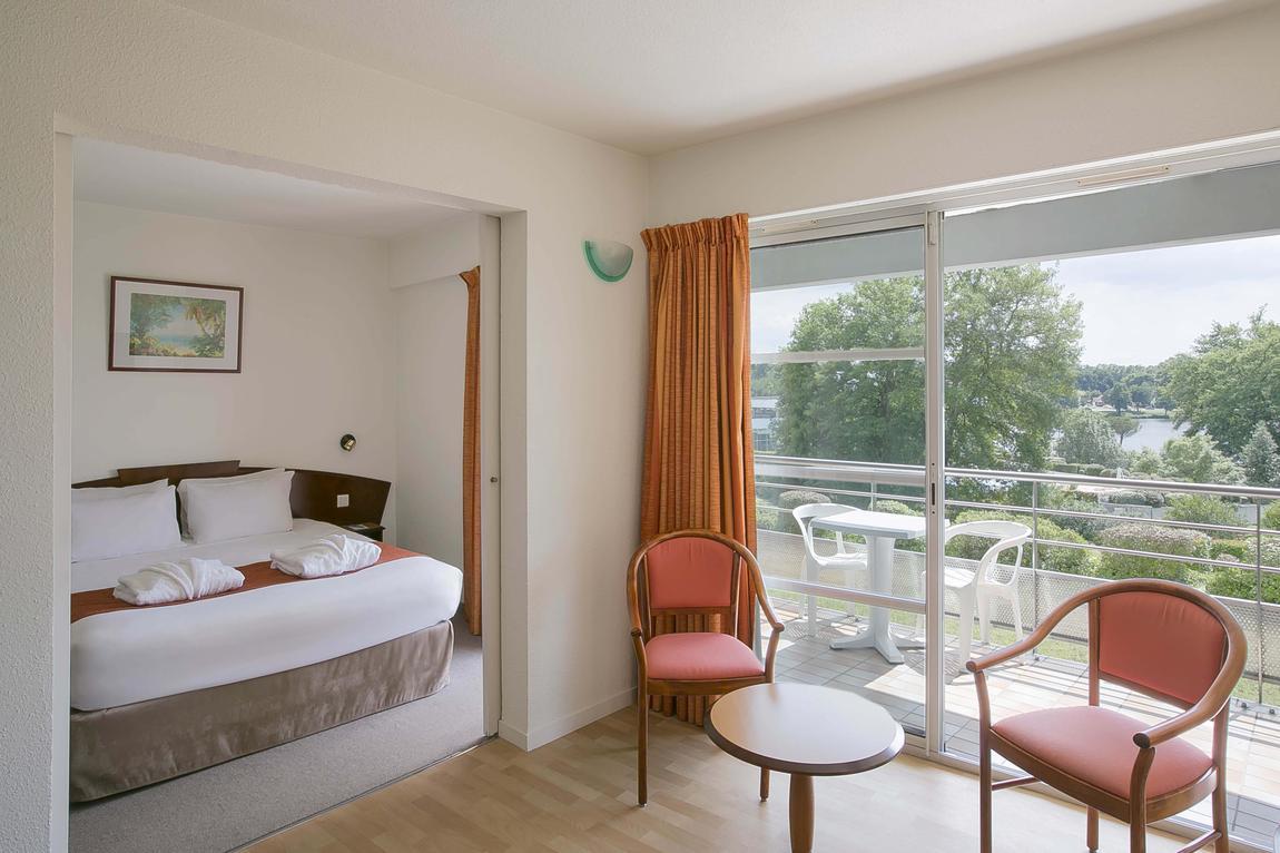 Photo d'une chambre-salon du Best Western Hôtel Sourcéo, logement intégré à la station thermale Sourcéo, hébergement idéal pour une cure thermale conventionnée rhumatologie ou phlébologie