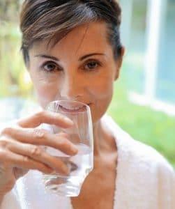 Présentation d'une femme effectuant une cure de boisson au cours d'une cure thermale conventionnée rhumatologie ou phlébologie, proposée dans nos établissements thermaux de Dax et Saint-Paul-lès-Dax